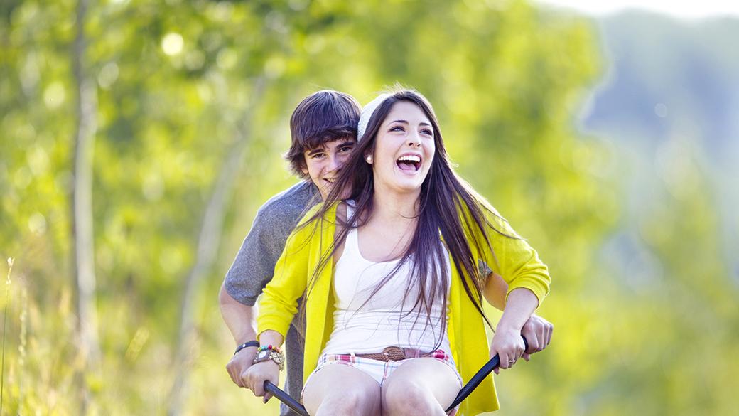 Pareja feliz dando un paseo en bicicleta