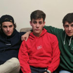 jovenes_sofa_sudaderas_tres