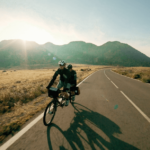 dos_hermanos_dando_un_paseo_en_biciclete