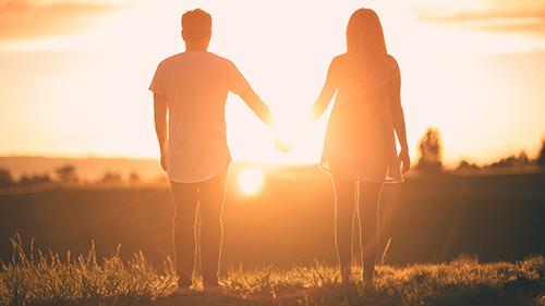 pareja_viendo_el_atardecer