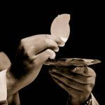 sacerdote_dando_la_comunion