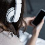 recortar vista de chica escucha música con auriculares y smartphone