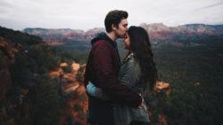 pareja joven en la montaña