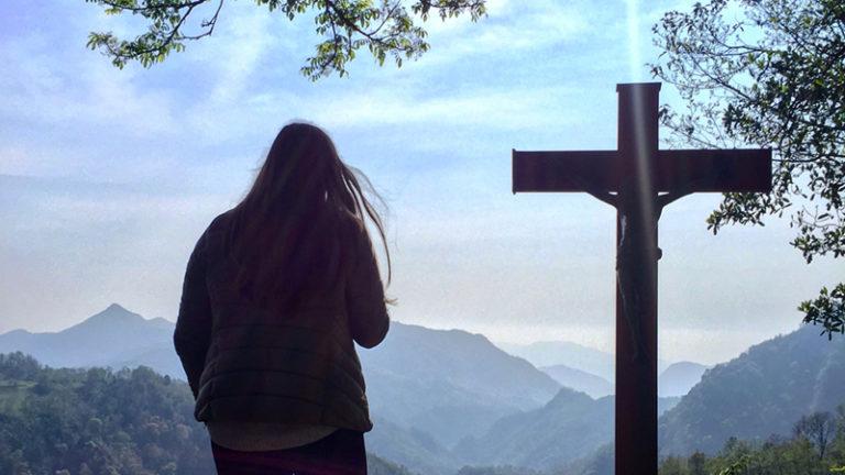 joven al lado de una cruz