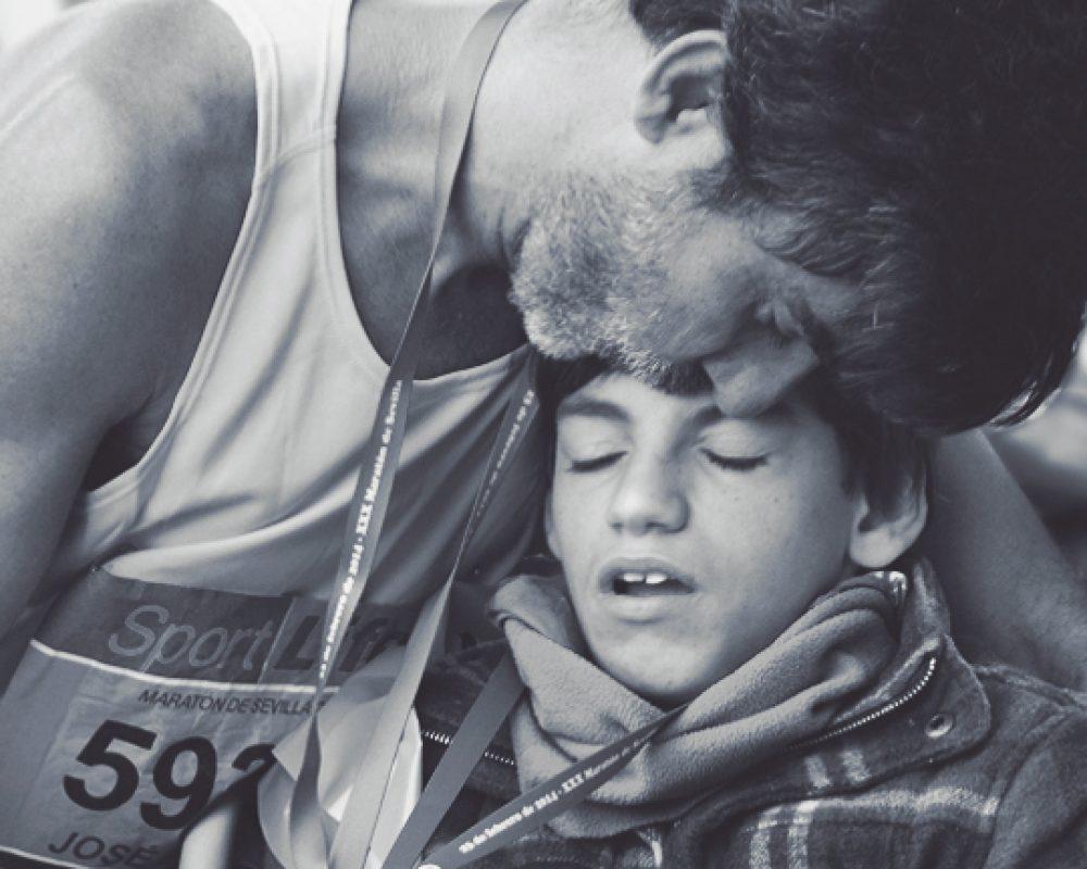 Padre e hijo participando en una maraton