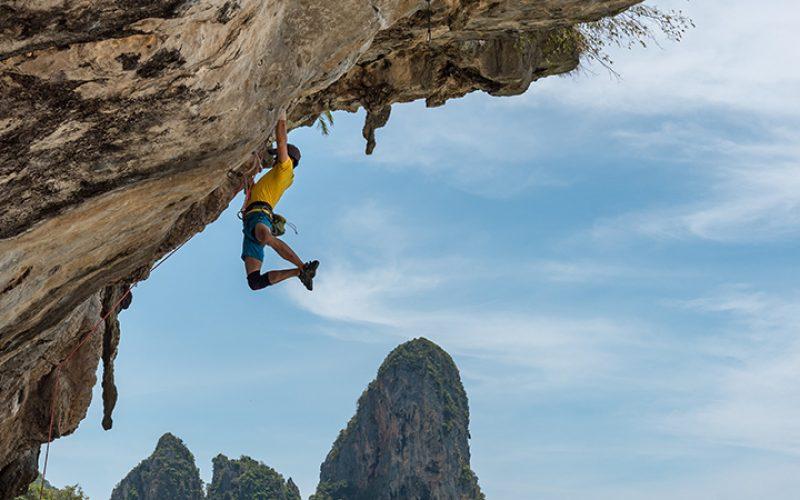 joven escalando una montaña