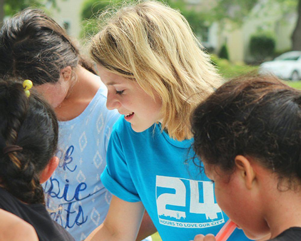 joven haciendo actividades de voluntariado