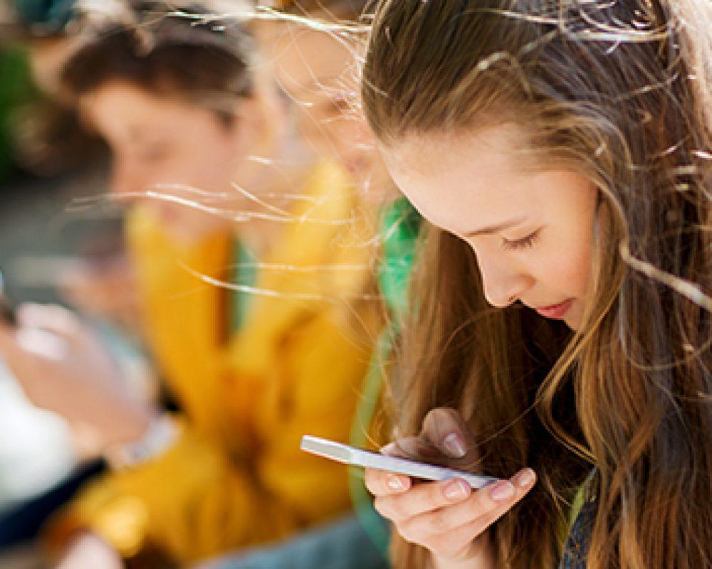 jóvenes_mirando_el_móvil