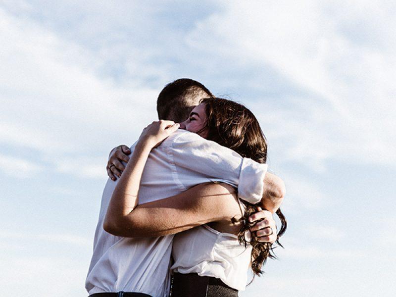 pareja abrazandose